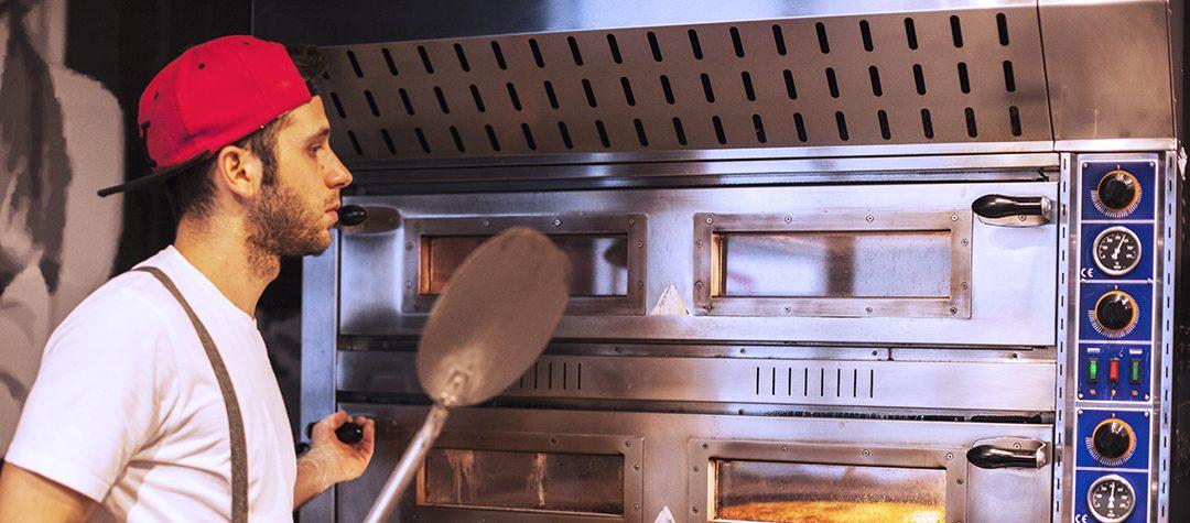 Christian mentre cucina la migliore pizza al padellino di Torino
